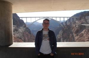 Daniel Hoover Dam -nimisen jättiläispadon luona. Kuva: Daniel Placeres.