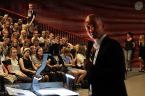 Ykkösillä, kakkosilla sekä abeilla ja pidentäjillä oli omat aloitustilaisuutensa auditoriossa. Kuva: Antti Pentikäinen.