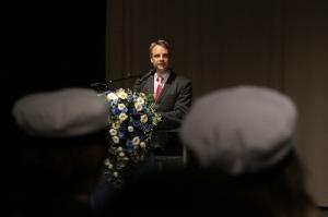 Ari Ranki puhuu uusille IB-ylioppilaille. Kuva: Heli Toivonen.