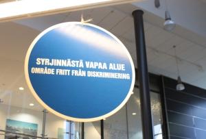 Kyltti on näkyvällä paikalla koulun aulan kahvipöytien päällä. Asiaa käsitellään kuitenkin myös esimerkiksi ryhmänohjaustuokioilla. Kuva: Antti Pentikäinen.