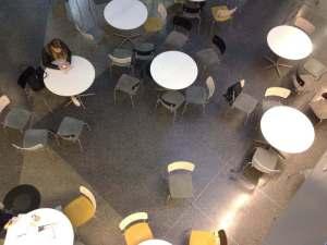 Tilun ala-aula näytti aamulla tyhjältä, mutta vain oppitunnin aikana. Kuva: Antti Pentikäinen.