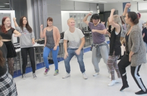 Ensimmäisissä harjoituksissa seitsemän ryhmää teki oman koreografian, ja lopuksi yksi ryhmä opetti omat muuvinsa koko porukalle. Kuva: Antti Pentikäinen.