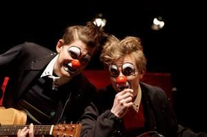 Klovneriaryhmä Red Nose Clubin Mike ja Zin valmistelevat uutta esitystä Ilmari Kiannon Punaisesta viivasta. Kuva: Rec Nose Club.