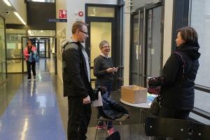 Opettajat valmistautuvat lähtemään Unicef-kävelylle. Kuva: Heli Toivonen.
