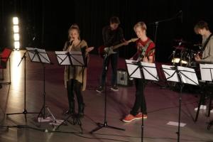 Voiko taiteella muuttaa maailmaa -kurssilaiset esiintyivät auditoriossa. Kuva: Heli Toivonen.