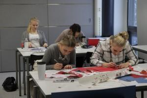 Joulukorttipajassa valmistui kymmenittäin kortteja vantaalaisille vanhuksille. Kuva: Heli Toivonen.