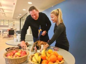 Ruotsinopettajat Marika ja Jani valmistelevat kahvipöytää opettajia varten. Kuva: Antti Pentikäinen.