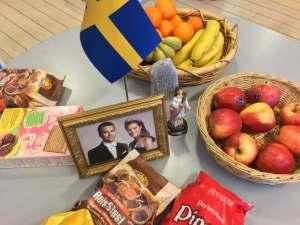 Maanantain kahvipöydän teemana oli Ruotsi: niinpä tarjoiluja koristivat Vickanin ja Danielin kuva, ruotsin lippu, riimukivi ja Lucia-neito. Kuva: Antti Pentikäinen.